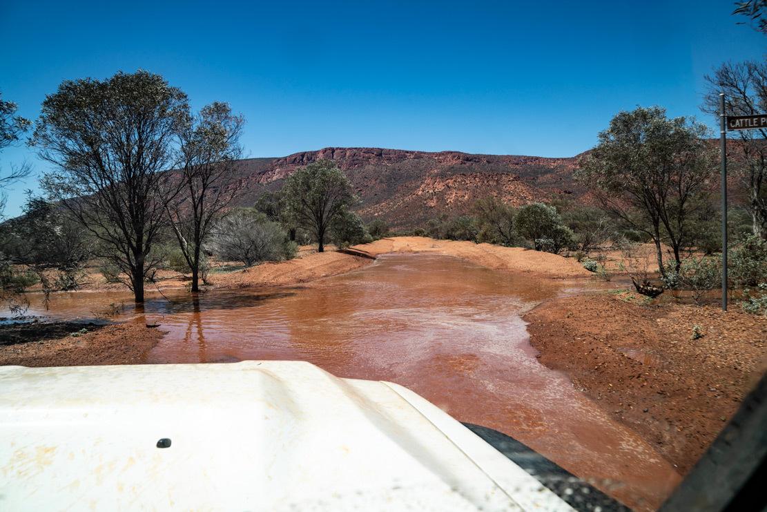 DSC07079_MtAugustus-Cattle-Pool_Zufahrt-unter-Wasser_Hochwassert