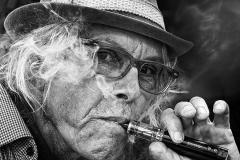 DSC07185_Nelson_Typ-mit-E-Zigarette-sw-